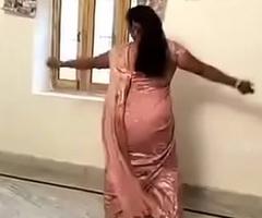 Sexy Hawt Aunty rendering Desi Mujra