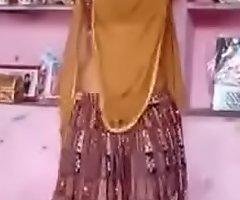देहाती भाभी गांव में डांस करते हुए हिंदी