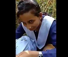 स्कूल की लड़की को गन्ने के खेत में बुलाकर खूब चोदा